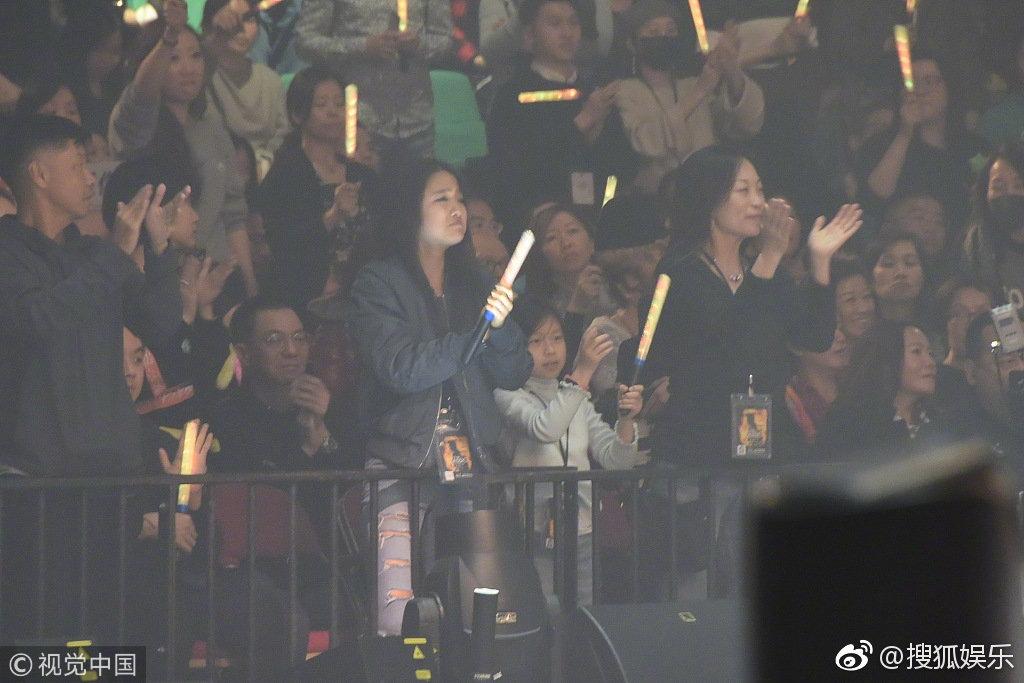 张学友在红馆举行巡回演唱会尾场,大女儿张瑶华到场支持