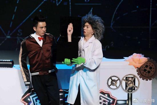 和@演员叶逢春 在喜剧人的舞台上尝试跨界,上演了一场魔术秀