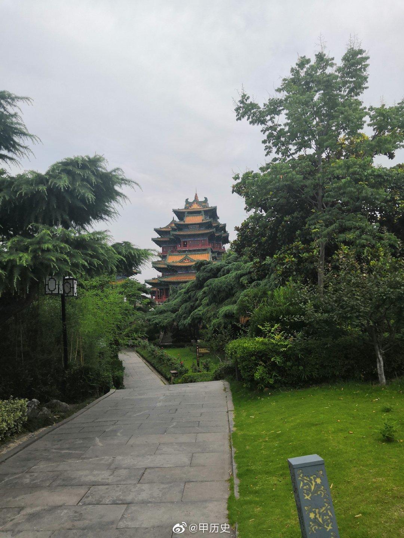 阅江楼位于南京市鼓楼区狮子山巅,屹立在扬子江畔,饮霞吞雾