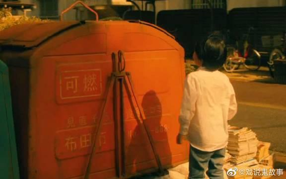 小男孩贪玩,玩捉迷藏躲进垃圾桶,结果连人带桶一起扔进焚化炉!