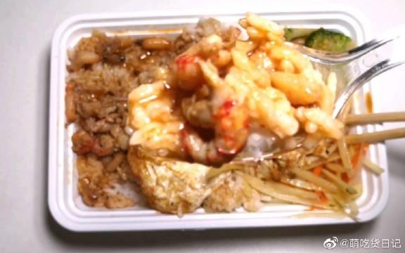 """试吃""""龙虾蟹腿双拼饭"""",龙虾蟹腿肉有20多块,这价格算不错了"""