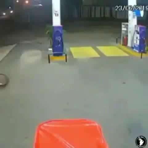一头牛在大街上追打人类。