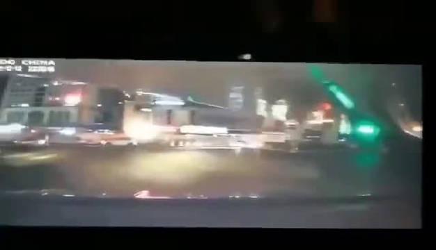 厦门吕厝地铁路面坍塌,有2台车陷入坑内,车内人员已救出