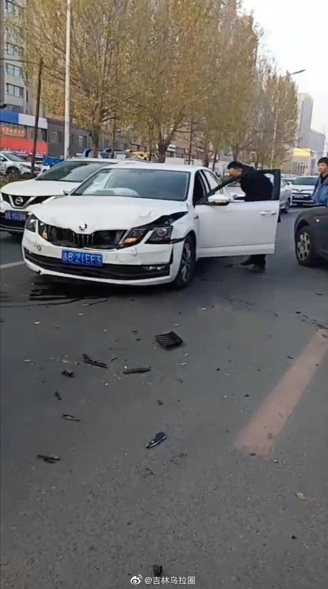 网友爆料:10月23日,在吉林市五医院门前发生一起车祸,两车相撞