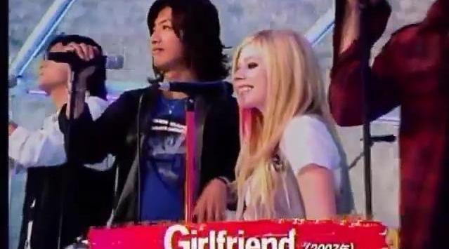 07年艾薇儿作客日本综艺节目,和SMAP组合同框演唱《Girlfriend》