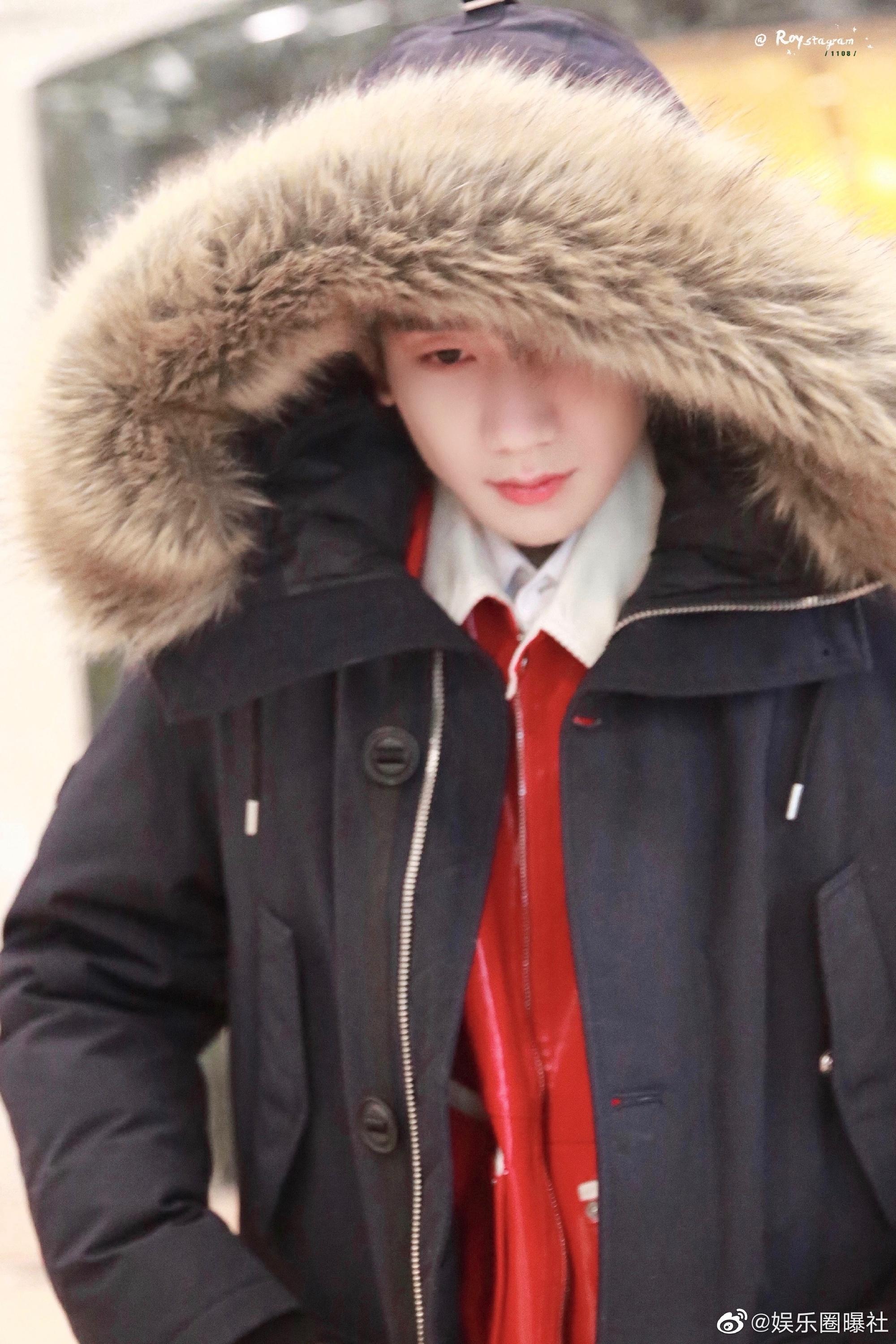 王源央视春晚第四次联排乖巧上班,黑色羽绒服加红色皮衣内搭