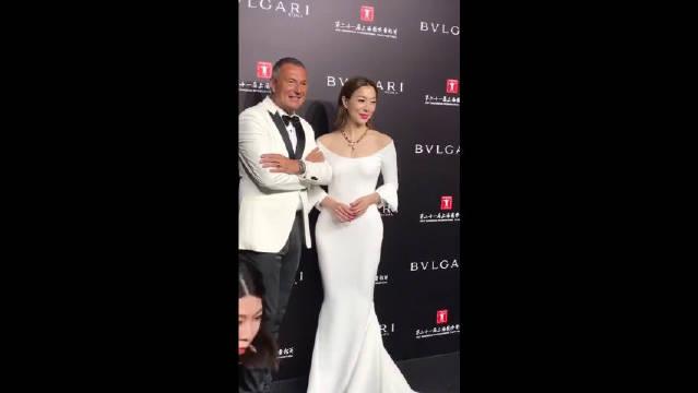 郑秀文也太美了吧,一身白色晚礼服,根本不像48岁的女人!太美艳了