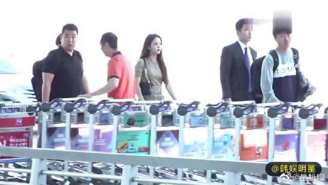 BLACKPINK金智秀仁川机场出发饭拍,自体发光的秋日女神