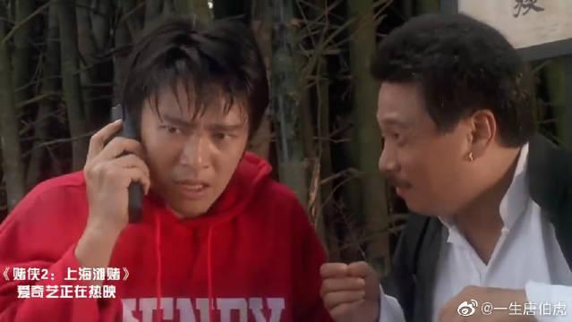星爷跑到街头,恰巧碰上帮派厮杀,下一秒惨了!只怪衣服的颜色啊!
