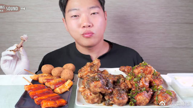 小哥哥吃播BHC黑橄榄炸鸡!快递员都惊呆了!这是新出的口味吗?