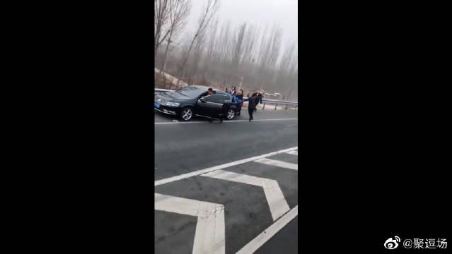 视频:高速公路上竟出现这一幕,刚提的迈腾,百公里只需出一身汗