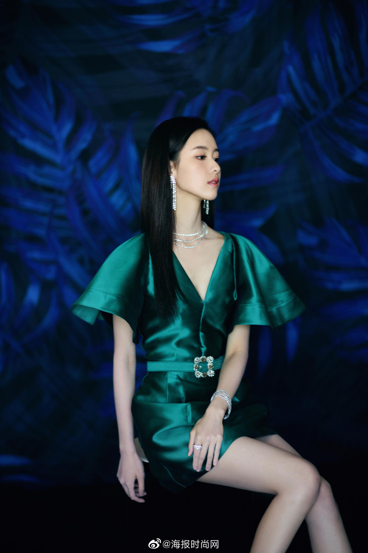 @陈都灵 身穿绿色绸缎礼服搭配@DeBeers戴比尔斯 钻石珠宝亮相第28届