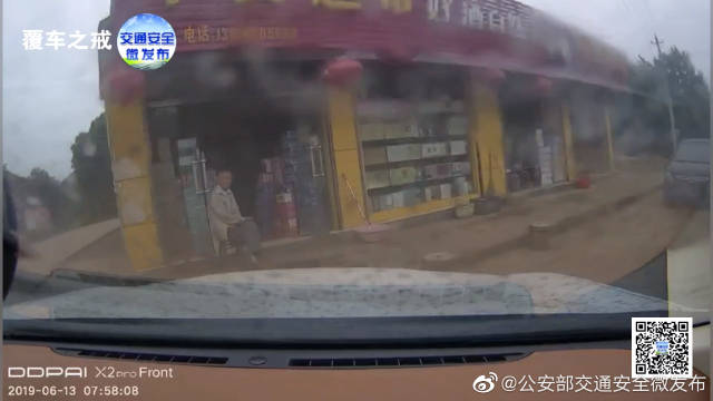 为避让转弯摩托车 新手司机油门当刹车直接冲进超市