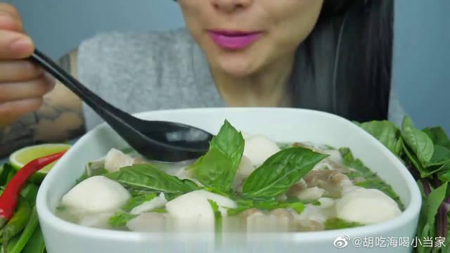 国外网红微笑姐自做营养早餐,清淡的猪肉汤粉看着就很有食欲