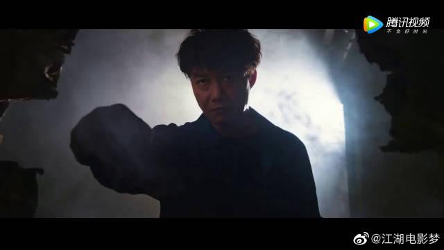 陈奕迅《卧底巨星》拍戏这个片段从穿着和动作上都在模仿成龙大哥