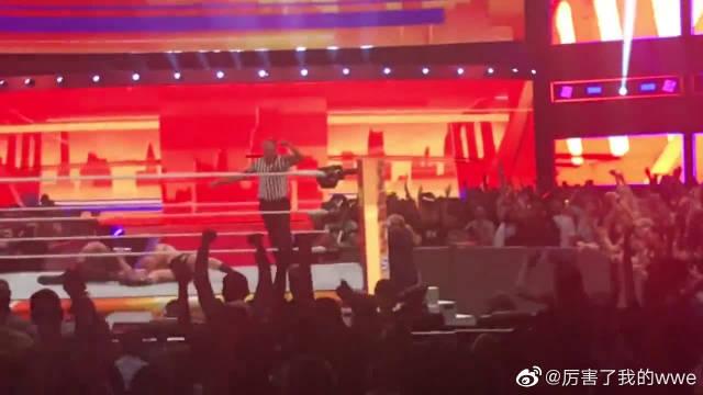 夏日狂潮WWE现场罗曼飞冲肩布洛克莱斯纳,最后赢得冠军腰带