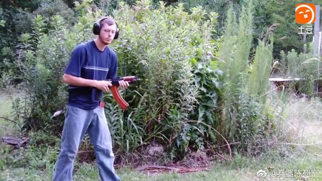 老外测试这把AK步枪真是与众不同,开火后枪口的火光不怕烧着吗?
