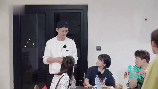 张翰跟客人们建微信群,吴磊表示羡慕只想做他助理
