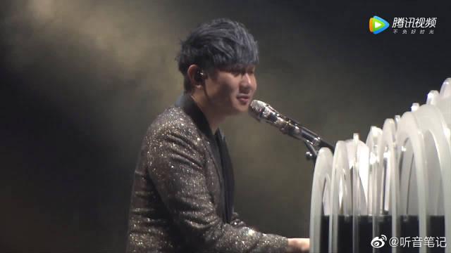 林俊杰湛江演唱会弹唱《不流泪的机场》,实力太强了!