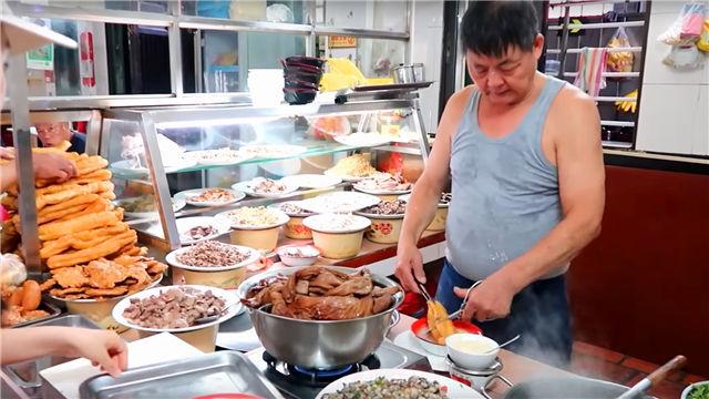 """大叔街头卖""""特色""""早餐,6元一碗生意火爆,食客:吃完暖烘烘!"""
