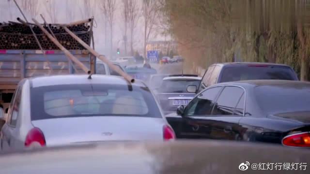 高速公路入口发生重大连环车祸,这场面太惨烈了,真让人不忍直视