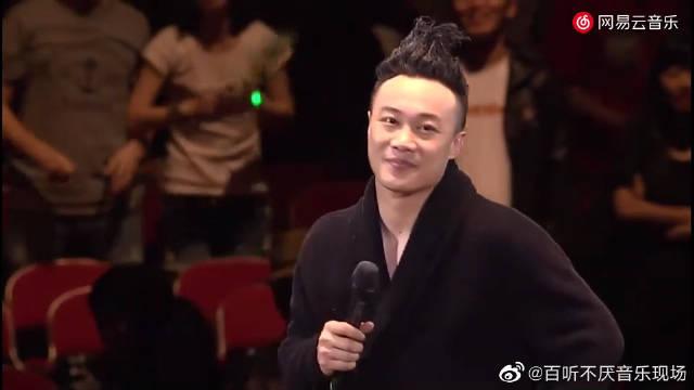 陈奕迅《每次我们说再见》 现场版,这个穿着穿着很eason了哈哈