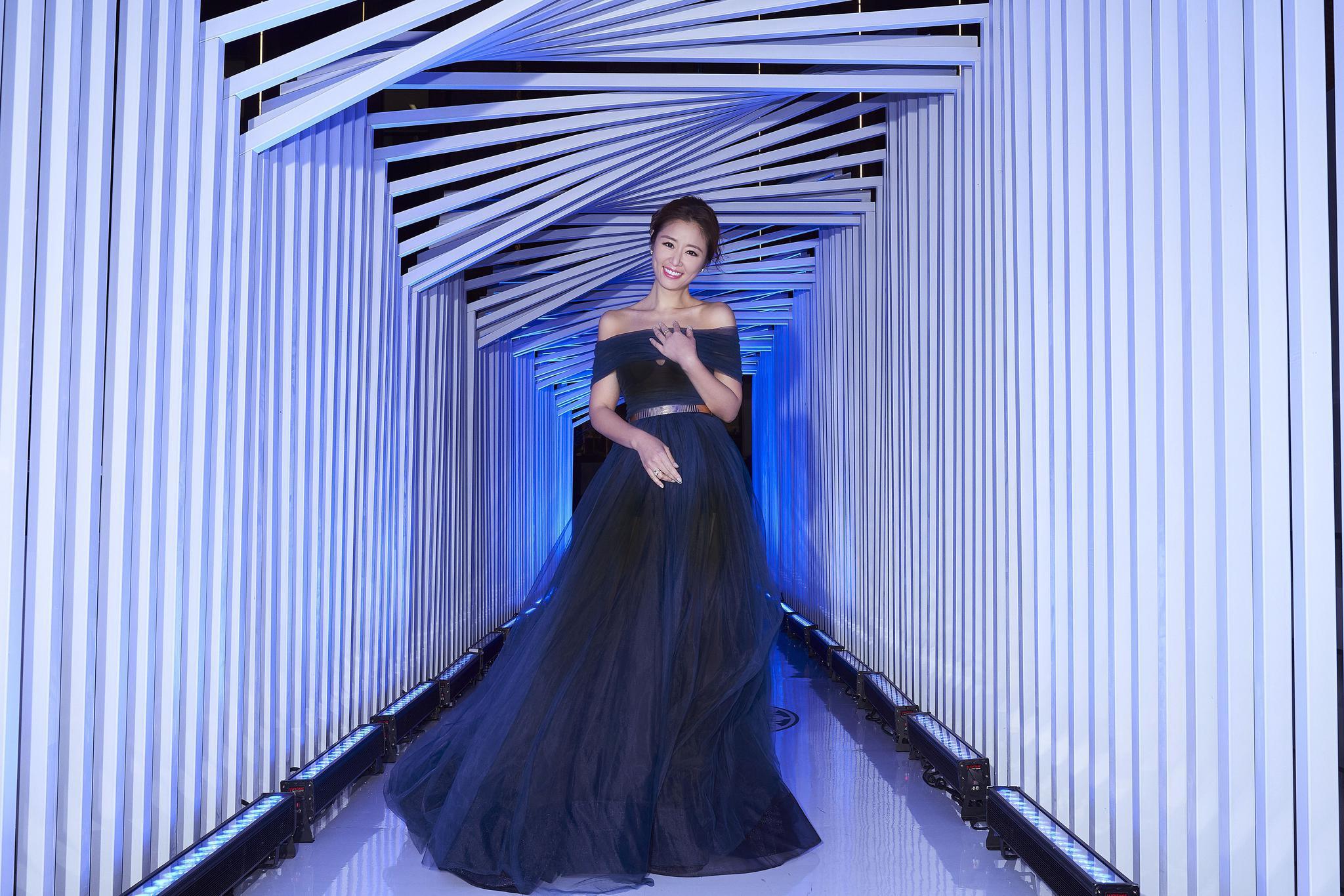 林心如今天现身某品牌秀场看秀,穿搭有惊喜,蓝色透视纱裙