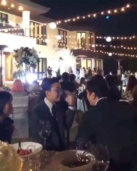 权志龙在今晚出席姐姐权多美婚礼现场时 与杨贤硕同坐一席交谈