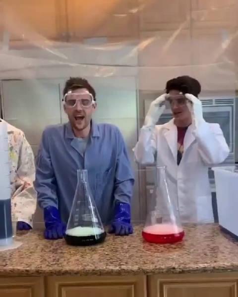 看过那么多大象牙膏的实验视频,在厨房里做的还是第一次……