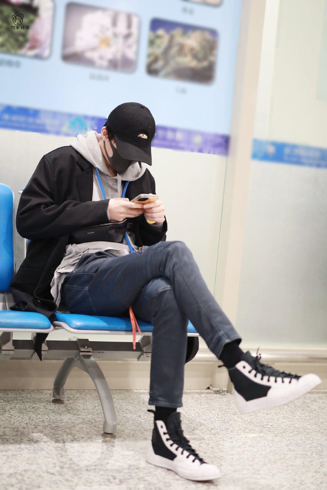 刘宇宁无锡到达宁哥这无处安放的大长腿~低头认真玩手机的冲浪少年