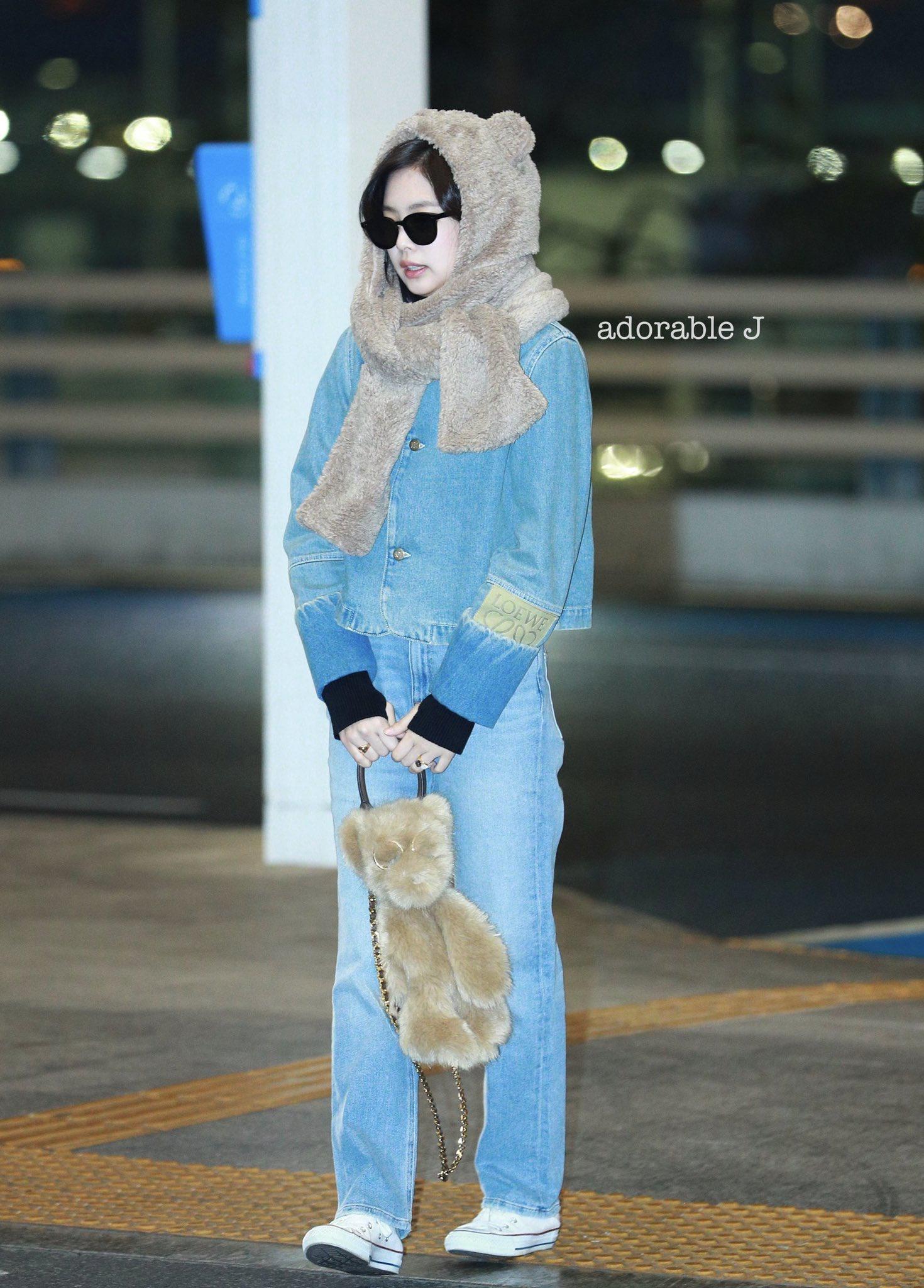 珍妮也来北京了,戴着小熊帽子拎着小熊包包