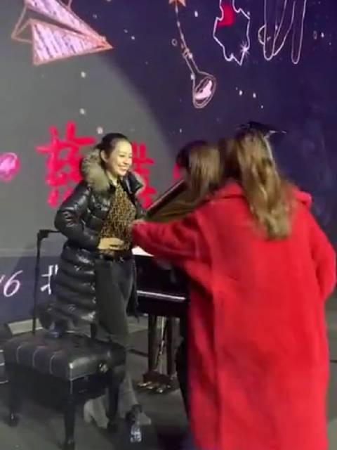 当 店长@刘涛tamia 遇到 小甜心@吉娜爱丽丝Gina 涛姐手动量吉娜腰围