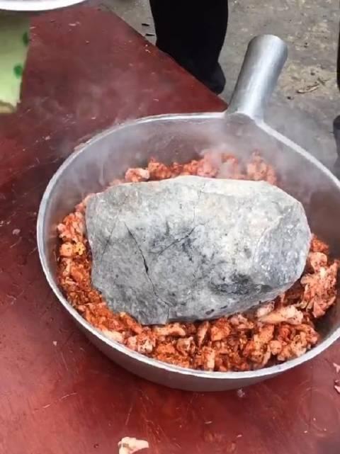 这样炖羊肉吃过吗?火山石,该石头耐火。普通的石头烧红了就会爆炸