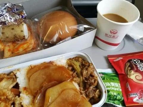 """""""喂猪式""""的飞机餐,饿着上去扶着腰下来,乘客空姐再来个火锅"""