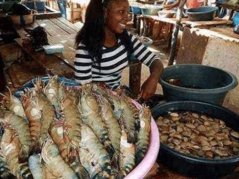 非洲人太可怜都吃不饱?女网红逛完当地菜市场才发现:不值得同情