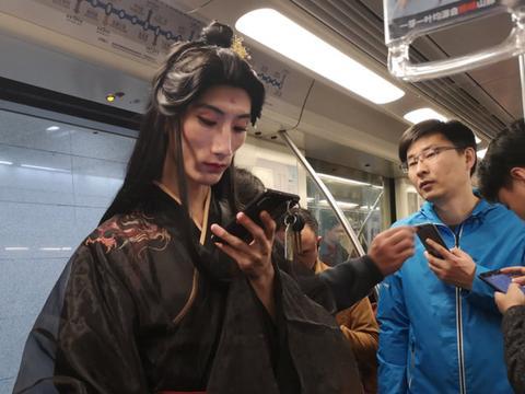 男子穿汉服坐地铁,妆容化得比女生精致,看着还真像穿越剧