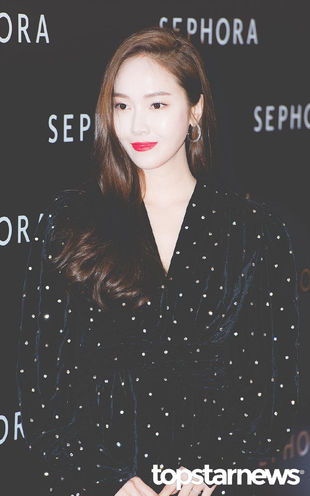 黑裙和黑色背景下,卡皇这红唇好瞩目!cr logo, sooyeon_fashion