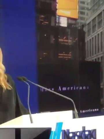 Martha Hunt在ins上发布了一个快拍刚好出现了Miss Americana的预告