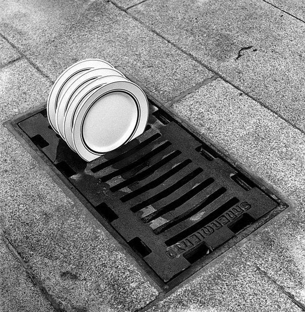 西班牙摄影师Chema Madoz将日常生活中毫不相关的物品组合起来