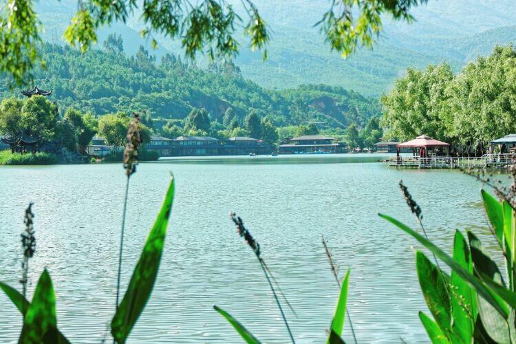 离丽江不远处,有个观音峡的地方,风景也不错。