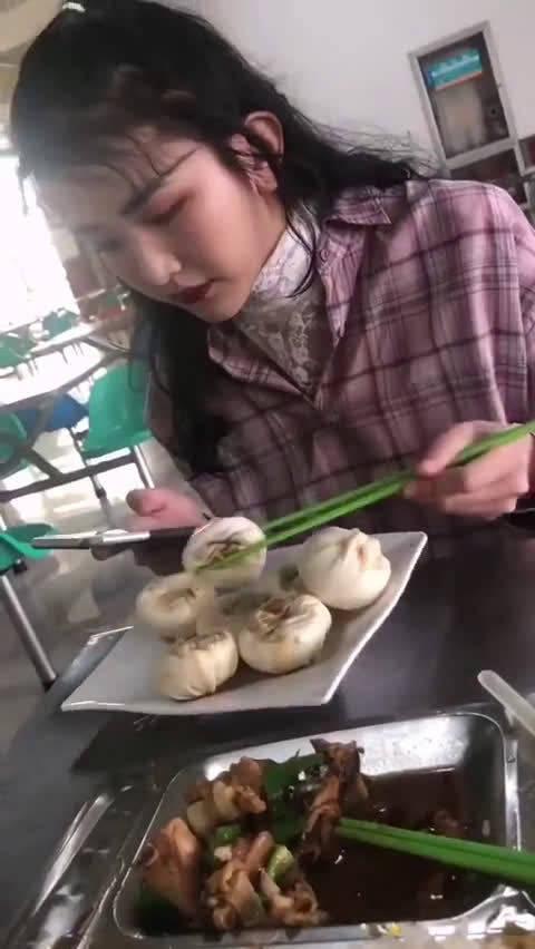 据说女孩子怕食物粘到口红会这么吃