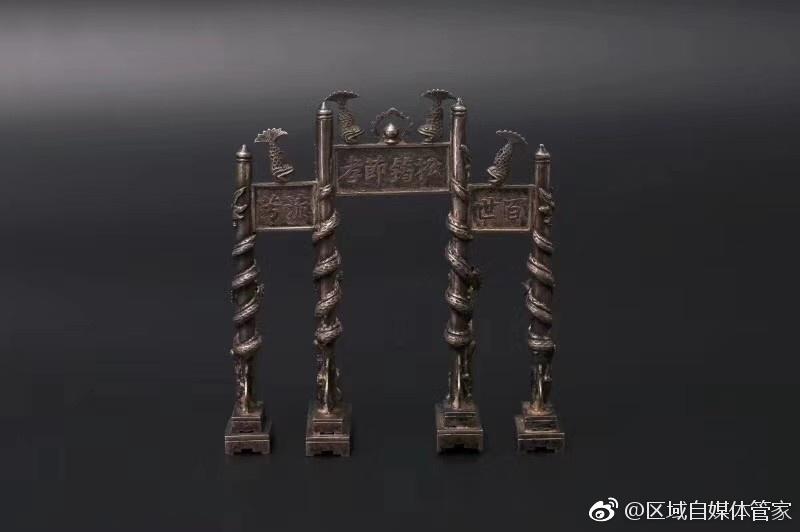 晚间欣赏19世纪欧洲回流清代'羅勤'款浮雕龙攀柱银牌坊 藏品大小9X9X3