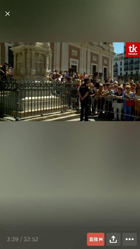 此刻塞维利亚大教堂外,已经有不少人前来围观啦