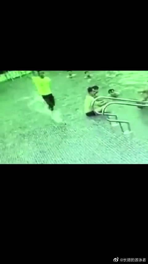 游泳千万要注意,不会的别去深水区