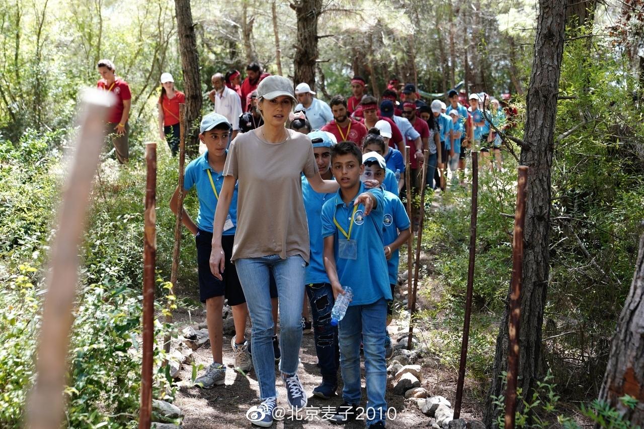 叙利亚·阿萨德他媳妇访问拉塔基亚省塔里基亚镇的叙利亚青少年探险营