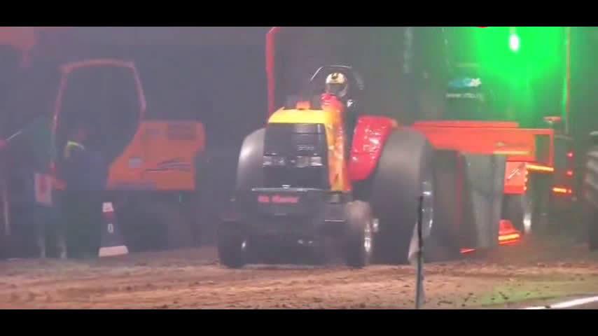 拖拉机用力过度,接下来发生的一幕让人目瞪口呆!
