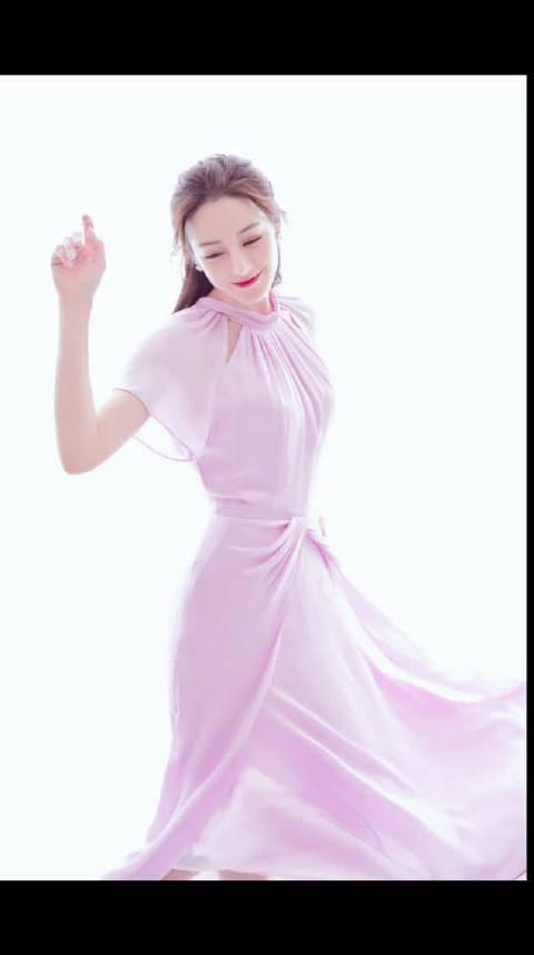 今日活动现场, 身穿Kate Spade粉色长裙亮相, 简洁优雅