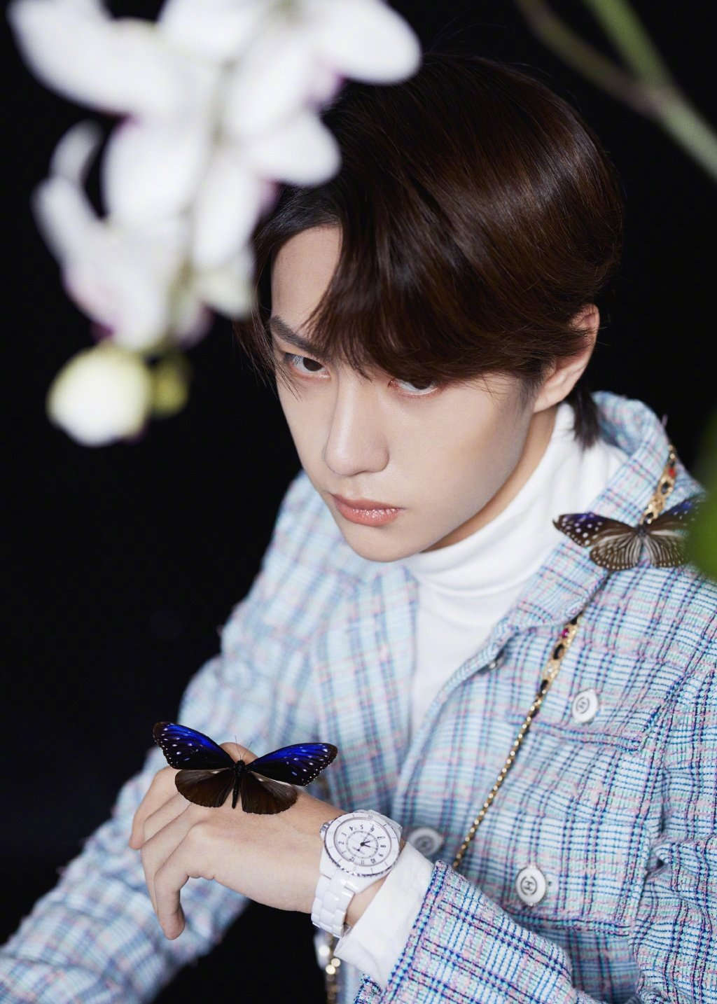 王一博身着斜纹软呢短外套,搭配Coco Crush戒指和J12白色腕表