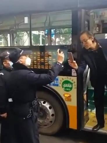 广州一公交车上,有乘客没戴口罩被举报,民警到场劝告还和民警对峙