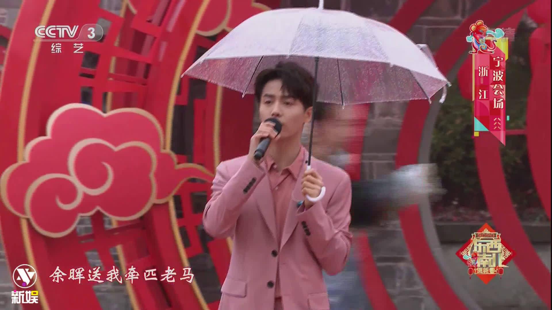 身着藕粉色西装,手撑透明雨伞,阳光帅气